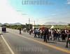 Peru: Personas despidiendo un Familiar Muerto en las Cercanías de Mocupe / Peru: Funeral procession in Mocupe / Peru: Trauerzug in Mocupe - Beerdigung - Familienangehörige © Henry von Wartenberg/LATINPHOTO.org