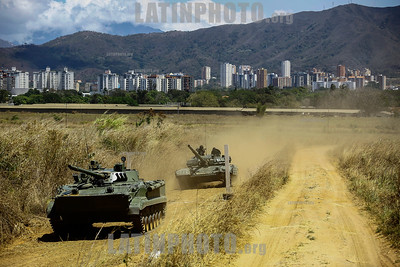 "Venezuela : Maniobra militar Soberania 2018 con los modelos de tanque BMP3 y T72 / February 2 3, 2018 . Tanks of war models BMP3 and T72 conducted draw for cross-country obstacles , as part of the military exercises "" Soberania 2018 "" ordered by President Maduro - The war activity took place at the headquarters of the 41 Armored Brigade , located in Naguanagua , Carabobo state / Venezuela : Militärisches Manöver Soberania 2018 mit den Panzermodellen BMP3 und T72 © Juan Carlos Hernandez/LATINPHOTO.org"