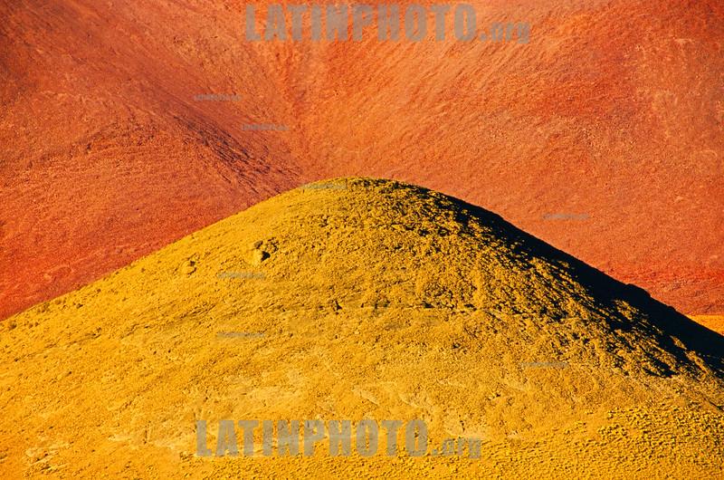 Argentina : Puna , Jujuy / Argentinien : Gelbe und orange Erde in Puna in der Provinz Jujuy  © Silvina Enrietti/LATINPHOTO.org