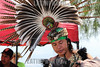 Mexico : Danzante con penacho de plumas de guajolote y faisan se prepara para iniciar la danza de los cuatro puntos cardinales durante el equinoccio de primavera / A dancer with headdress made of pheasant feathers prepares for the spring festival for the dance in the four directions of the compass / Mexiko : Ritueller Tanz bei den Piramiden in Acozac - Azteken - Eine Tänzerin mit Kopfschmuck aus Fasanfedern bereitet sich zum Frühlingsfest auf den Tanz der in die vier Himmelsrichtungen vor © Octavio Torres Tapia/LATINPHOTO.org