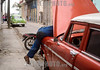 Cuba : Un mecánico arregla un auto antiguo en el barrio centro de La Habana / A mechanic fixes an old car in downtown Havana / Kuba : Ein Mechaniker repariert ein altes Auto in der Innenstadt von Havanna © Ignacio Amiconi/LATINPHOTO.org