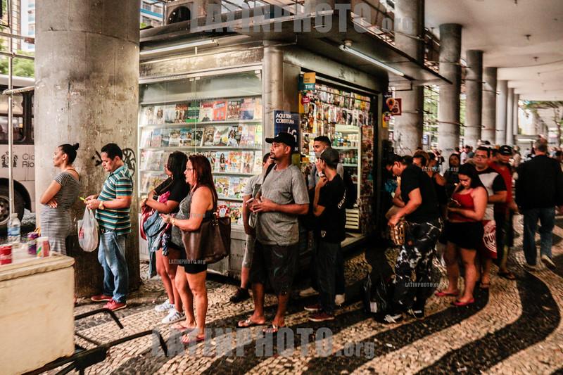 Brasil : Rio de Janeiro / Brasilien : Anstehen bei einer Busstation in Rio de Janeiro © Santiago Debenedetti/LATINPHOTO.org