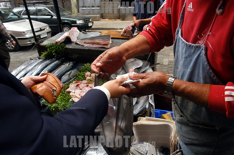 Chile : Rscena de compra y venta en el Mercado de Pescados en el puerto de Valparaiso / Fish market in the port of Valparaiso  / Chile : Fischmarkt im Hafen von Valparaiso © Henry von Wartenberg/LATINPHOTO.org