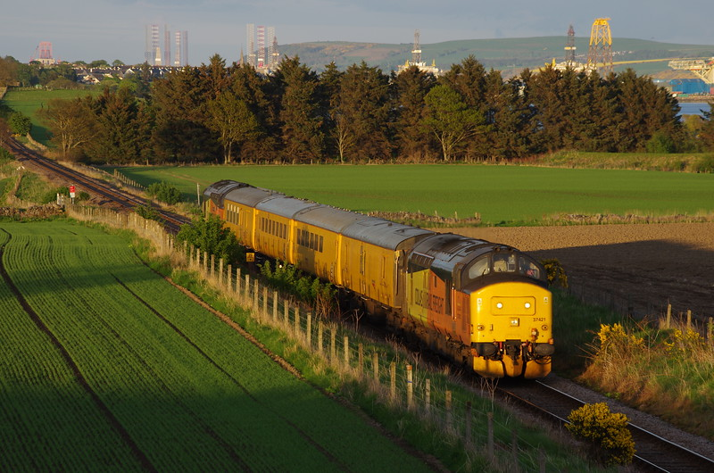 37421+37254 south of Invergordon working the 10:01 Inverness Milburn Yard - Thurso - Wick - Inverness Milburn Yard 13/05/18
