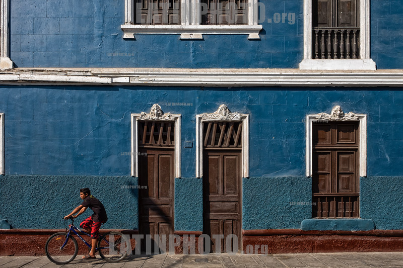 Peru : Arquitectura colonial en una calle del casco antiguo de Lima - ciclista / Old building in Lima downtown - Colonial architecture in a street in the old town of Lima / Peru : Koloniale Architektur in einer Strasse in der Altstadt in Lima - Radfahrer - Velofahrer © Marco Simola/LATINPHOTO.org