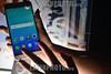 Guatemala - Celulares en Guatemala : Jóvenesnes con celulares en un evento de presentación de terminales móviles en Guatemala - Celular - teléfono - comunicación - jóvenes - compañias / Guatemala : Besucher an einem Event einer Mobilfunkunternehmens - Handy - Smartphones - Neue Generation - Kommunikation © Jesús Alfonso/LATINPHOTO.org
