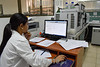 Cuba : Laboratorio Antidoping - La Habana .<br /> 30 de enero de 2018 / Kuba : Frau vor einem Computer  am Arbeitsplatz im Antidoping - Labor- Laborantin © Agustín Borrego Torres/LATINPHOTO.org