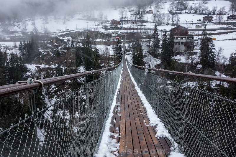 """Hängebrücke über Rotten - Die im Sommer 2015 eröffnete """" Goms Bridge """" ist 280 m lang und 1.40 m breit - Die Hängebrücke überquert die junge Rhone in einer Höhe von 92 m © Patrick Lüthy/IMAGOpress"""