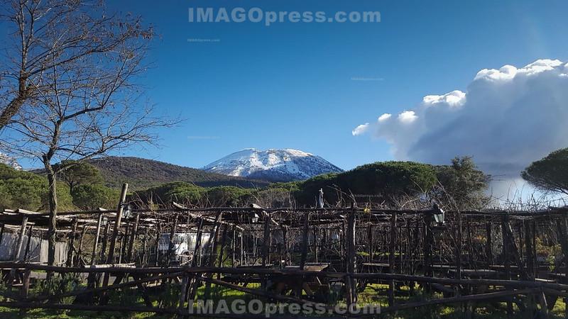 Der Vesuv , aktiver Vulkan auf dem europäischen Festland. Er liegt am Golf von Neapel in der italienischen Region Kampanien, neun Kilometer von der Stadt Neapel entfernt © Henriette Berger/IMAGOpress.com