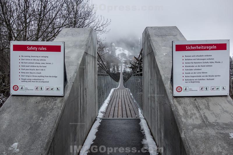 """Die im Sommer 2015 eröffnete """" Goms Bridge """" ist 280 m lang und 1.40 m breit - Die Hängebrücke überquert die junge Rhone in einer Höhe von 92 m © Patrick Lüthy/IMAGOpress"""