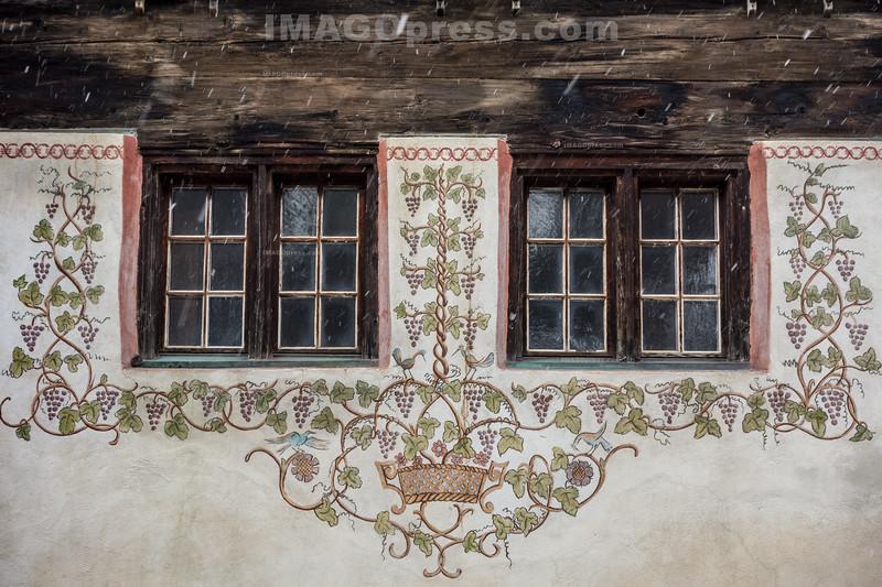 Verzierte Fenster Restaurant St. Georg in Ernen © Patrick Lüthy/IMAGOpress