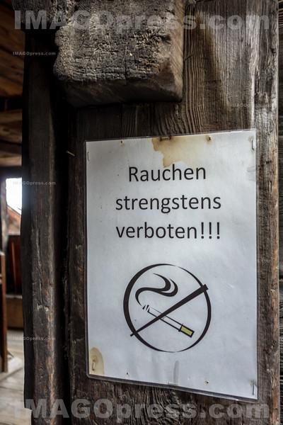 Warntafel Bitte nicht Rauchen beim Museum in Ernen © Patrick Lüthy/IMAGOpress