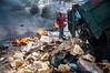 Venezuela : Hombre perteneciente a los Gancheros , un grupo social de los más pobres en ciudades como Barquisimeto , su día a día radica en buscar entre los basureros o vertederos urbanos algún alimento u objeto de valor con el que pueda ganar dinero . Estos grupos durante años han estado desasistidos por las instituciones del gobierno . Barquisimeto / Garbage dump in Barquisimeto / Venezuela : Müllhalde in Barquisimeto © Ivan Alexis Piña/LATINPHOTO.org