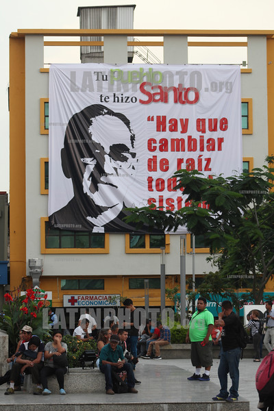 El Salvador : Salvadoreños celebran la canonización de Oscar Romero en la tumba de la Catedral de San Salvador / Salvadorans celebrate the canonization of San Romero de América , made holy this October 14 , 2018 in the Catedral metropolitana de San Salvador / El Salvador : Salvadorianer feiern die Heiligsprechung von Oscar Romero am Grabmal in der Kathedrale von San Salvador © Antonio Herrera Palacios/LATINPHOTO .org