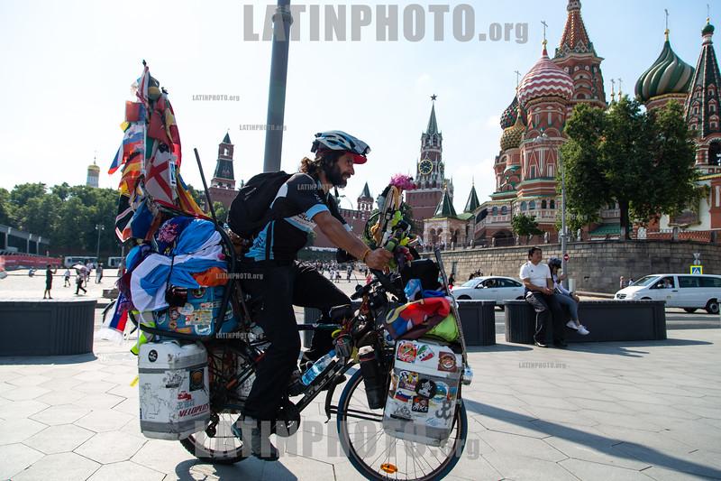 Matyas Amaya llega a  a tiempo a Moscu para alentar a Argentina luego de andar en bicicleta por 5 años por todo el mundo