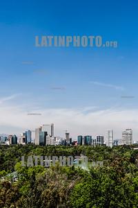 Mexico - Ciudad de Mexico - Una vista de la ciudad de México desde Chapultepec . El bosque de Chapultepec (popularmente conocido como Chapultepec) es un parque urbano localizado en la Alcaldía Miguel Hidalgo , en la Ciudad de México . Uno de los tres lagos es visible / Mexiko : Mexiko Stadt © Alessio Coghe/LATINPHOTO .org