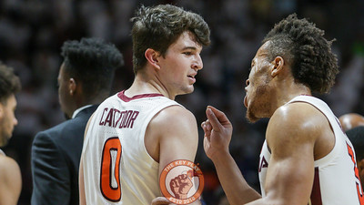 Wabissa Bede speaks with Hunter Catoor during a media timeout. (Mark Umansky/TheKeyPlay.com)
