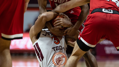 Wabissa Bede tries to hold onto a loose ball on the floor in the first half. (Mark Umansky/TheKeyPlay.com)