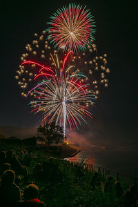 DA040,DP,Bouquet_of_Firework_Over_People_And_Mississippi_River