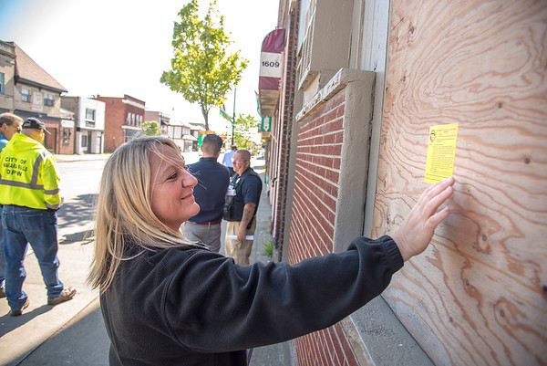 James Neiss/staff photographer <br /> Niagara Falls, NY - Niagara Falls Neighborhood Services Inspector Jeanine Harvey posts a violation notice on a boarded up building in the 1600 block of Pine Avenue.