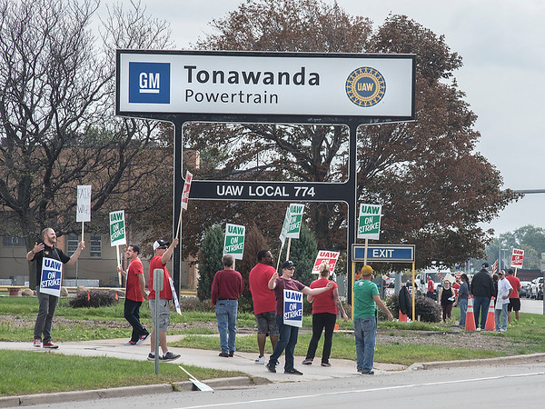 James Neiss/staff photographer <br /> Buffalo, NY - Striking GM workers picket outside of the Tonawanda Powertrain site.