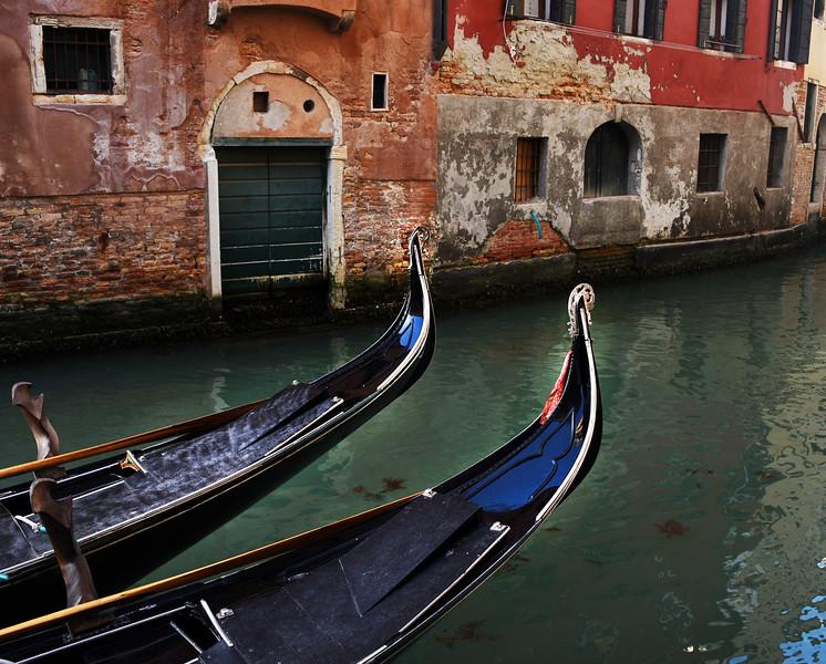 2 gondolas