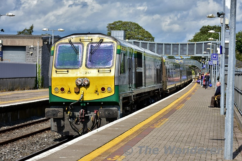 217 arrives at Thurles with the 1300 Heuston - Cork. Mon 05.08.19