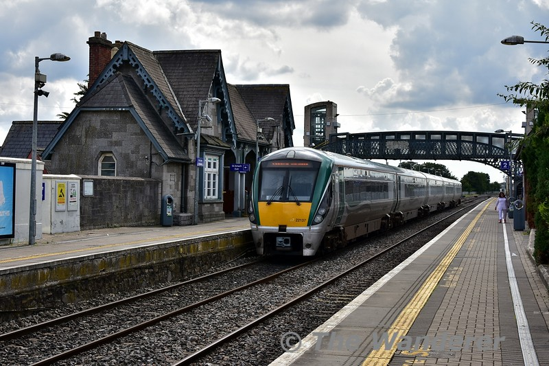 With the Galway races ongoing this week this has meant some alterations to the rolling stock diagrams. One such alteration on Friday was a 5ICR working the 1420 Heuston - Portlaoise and 1625 Portlaoise - Heuston services instead of the booked 3ICR. The 3ICR being used to increase capacity on the Galway route. Here we see 22037 after arrival at Portlaoise with the 1420 service. Fri 02.08.19