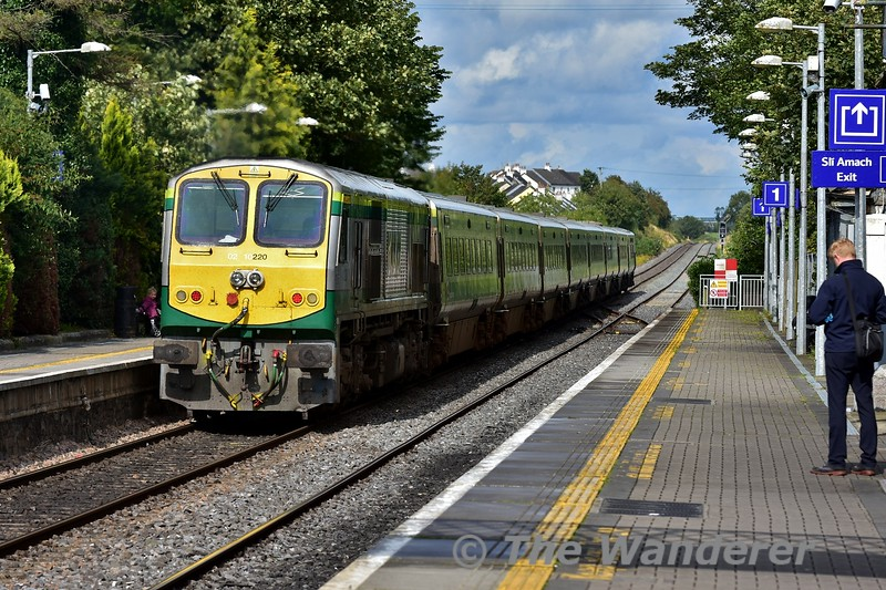 4006 and 220 propelling past Portlaoise with the 1425 Cork - Heuston. Mon 19.08.19