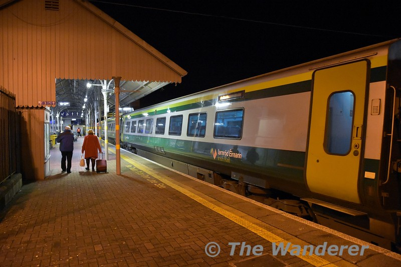 The last of the passengers from the 1600 Heuston - Cork walk towards to exit as the train departs. Fri 06.12.19