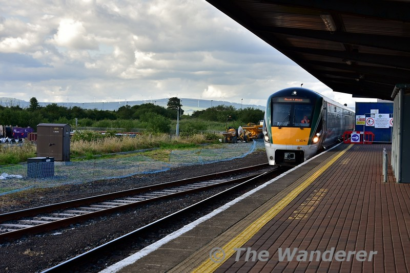 22060 shunts from the Waterford Bay Siding to Platform 2 via the closed platform 3. Platform 3 is closed for the construction of the new footbridge at Limerick Jct. Mon 01.07.19