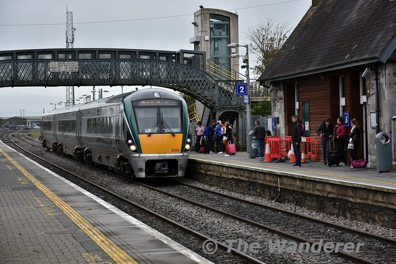 22053 arrives empty from Laois Depot Down Loop to form the 1325 Portlaoise - Heuston Commuter. Fri 01.11.19