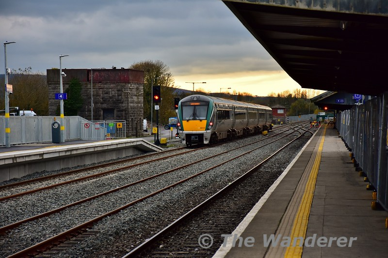 22035 departs from Limerick Jct. Platform 4 with the 1400 Heuston - Cork. Thurs 07.11.19