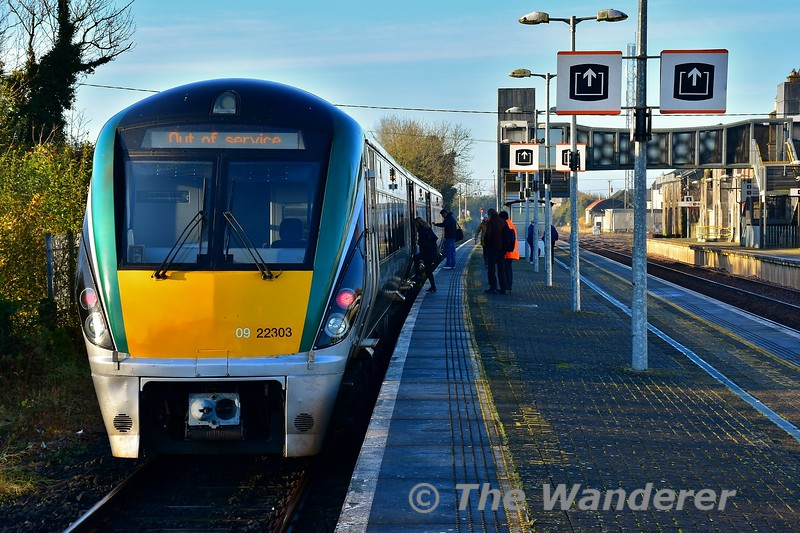 Passengers from the Nenagh Branch train board 22003 at Ballybrophy to continue their journey towards Heuston on the extended 0913 Portlaoise - Heuston. . Fri 08.11.19