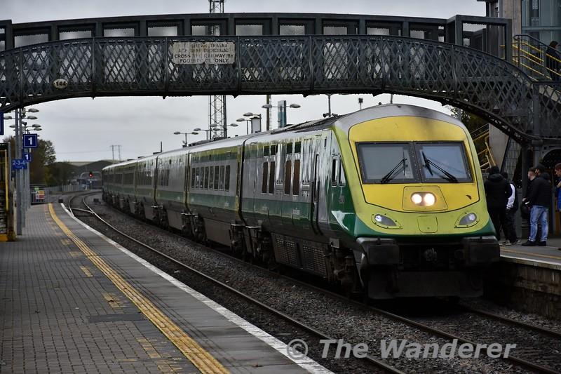 4003 arrives at Portlaoise with the 1125 Cork - Heuston. Fri 01.11.19