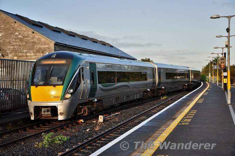 2X3ICR sets 22052 + 22009 covering for a 5ICR set arrive at Athlone with the 0715 Westport - Heuston. Fri 11.10.19