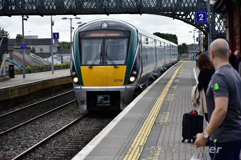 22034 arrives at Portlaoise with the 1325 Cork - Heuston. Thurs 05.09.19