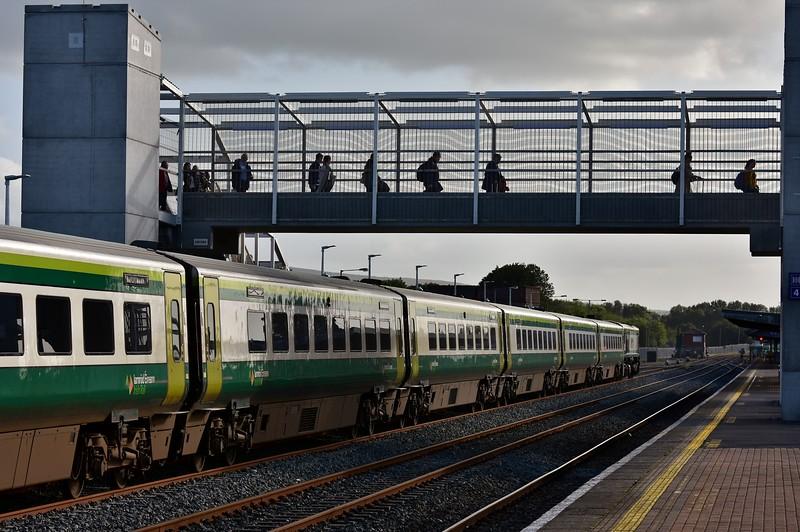 Passenegrs from the 1600 Heuston - Cork cross the new footbridge at Limerick Jct. Fri 06.09.19