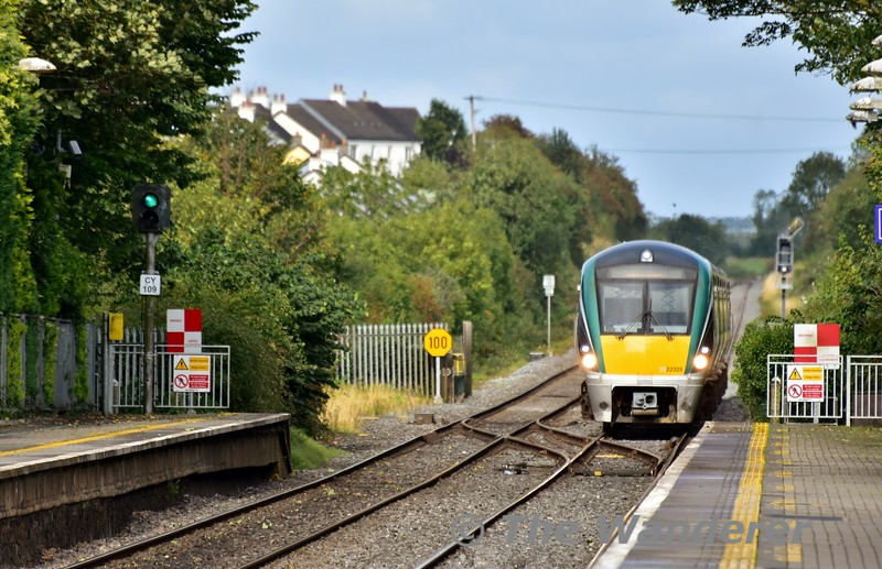 While CY109 is clear for the 1425 Cork - Heuston, on the Down Road we see 22028 approaching Portlaoise with the 1530 Heuston - Limerick. Wed 04.09.19