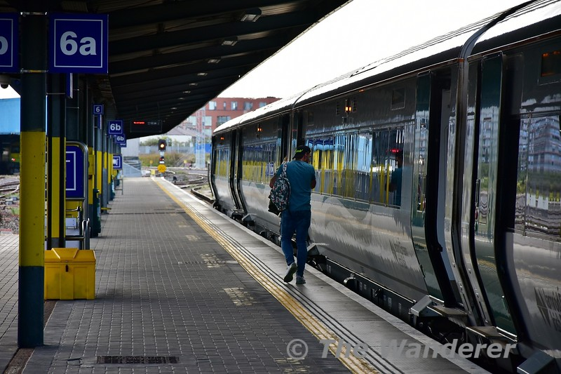 The last remaining customer joins the 1625 Heuston - Limerick 2 minutes prior to departure. Signal HN306 already has the road set off the platform. Thurs 05.09.19