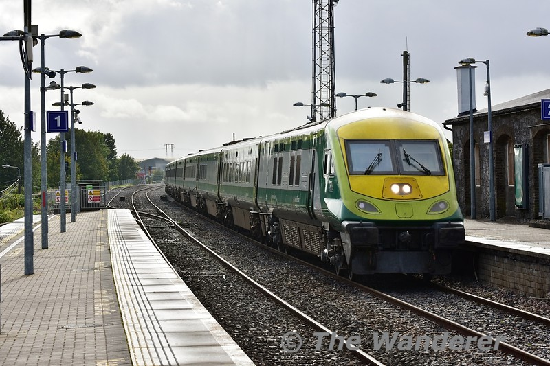 4002 flies past Portlaoise with the 1425 Cork - Heuston. Wed 04.09.19