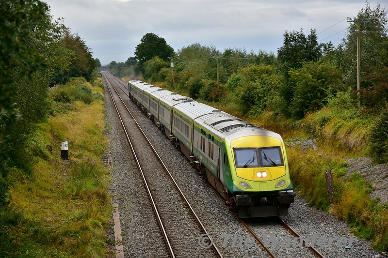 4004 and 217 pass Clonkeen with the 1225 Cork - Heuston. Mon 02.09.19