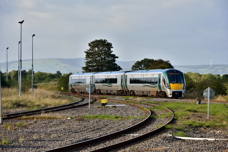 A new angle to picture the twice daily service from Waterford is offered from the new platform 4. Here we see 22053 heading for the pocket loop to reverse with the 1625 Waterford - Limerick Jct. Fri 06.09.19