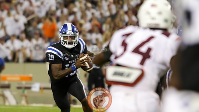 Duke QB Quentin Harris looks up for a pass as he runs with the football behind the line of scrimmage. (Mark Umansky/TheKeyPlay.com)