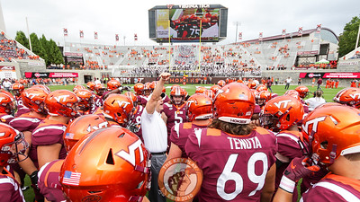 Head coach Justin Fuente rallies his team during pre-game warmups. (Mark Umansky/TheKeyPlay.com)