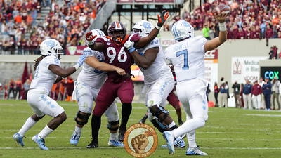 DL Norell Pollard attempts to get to the quarterback in the second quarter. (Mark Umansky/TheKeyPlay.com)