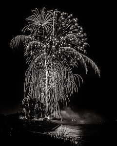 DA040,DB,Fireworks_Bouquet_Dripping_Over_Crowds_Along_Mississippi_River
