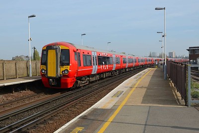 18 April 2019 :: Gatwick Express 387 226 at Clapham Junction on 1M43, the 1018 from Brighton to Victoria