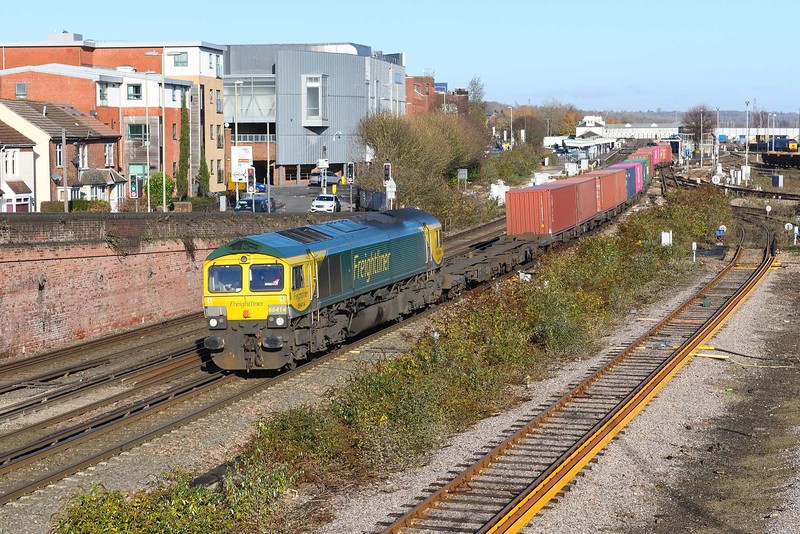 29 November 2019 :: 66414 is passing Eastleigh with 4O05 from Birch Coppice to Southampton