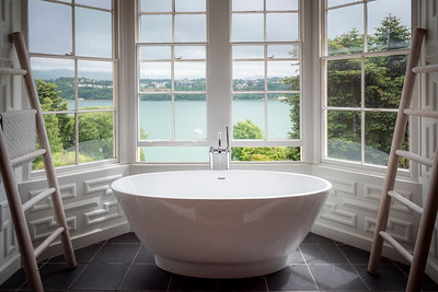 The gorgeous bathtub that we never got time to use (it was all such a rush). We'll have to return...